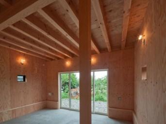 神戸町の家 子供室は梁が現れた天井、構造用合板の壁、土間コンクリートの床、ここにもバイク(モタード)が入るかも