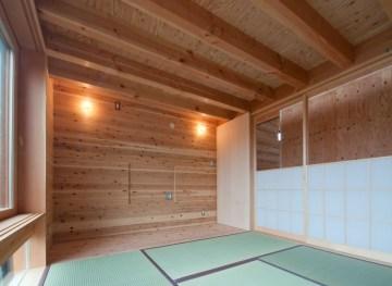 神戸町の家 天井の梁をそのままみせた和室 和室の上はロフトです