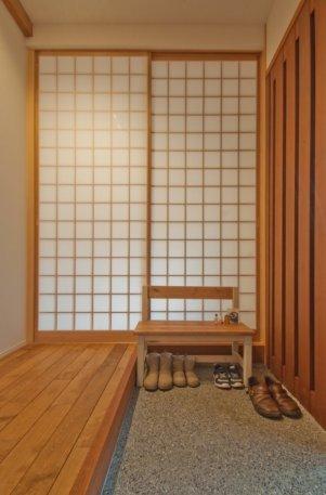 アンドの家 玄関は引戸で、網戸にもなって風を通すこともできます。直接和室にも入れます。
