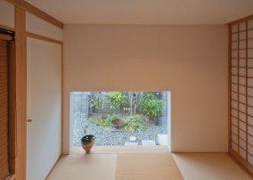 アンドの家 和室の地窓から見えるアプローチ脇のお庭