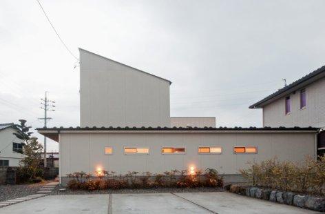 アンドの家 外観です。2階の屋根勾配は太陽光発電に有利な30度の傾斜があります