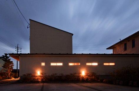 アンドの家 夜の外観です。照明は旦那さんのこだわりの計画です。