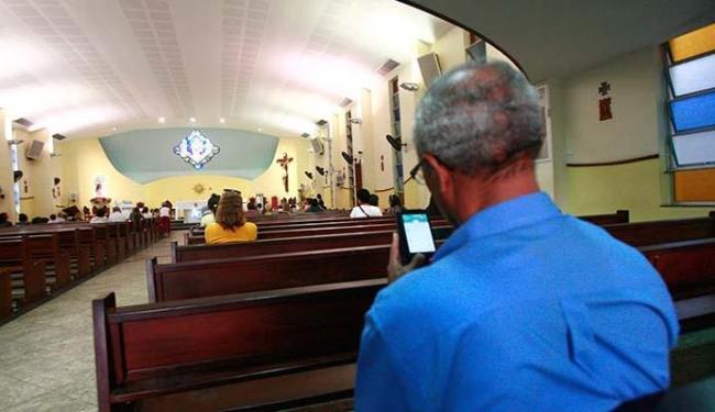 Resultado de imagem para celular na igreja