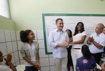 Governo anuncia três mil bolsas para professores estaduais