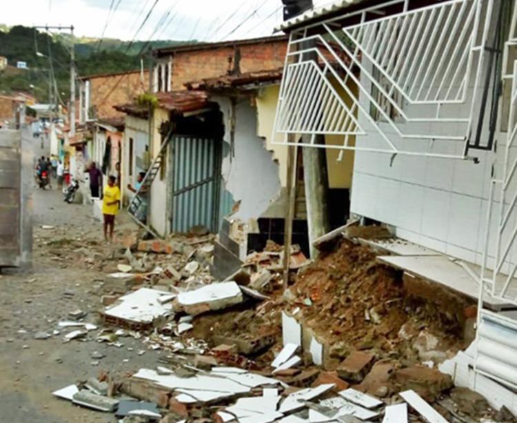 As varandas e as frentes das casas ficaram totalmente destruídas