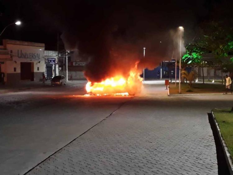 Um carro foi incendiado durante a ação para impossibilitar a passagem da polícia