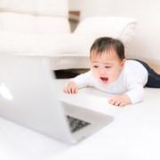 MT4の画面をみて驚いている赤ちゃん