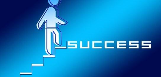 成功に導く階段を上がる人