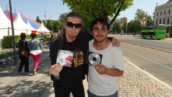 Peter Ahlborg tillsammans med Nicolas Lindgren på Avenyn under West Pride dagarna. Foto: Privat