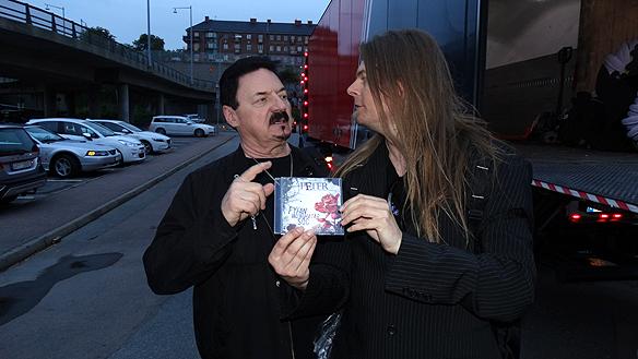 Peter träffar sångaren och originalmedlemmen Bobby Kimball som tidigare spelade i Toto. Peter pratade med honom om sin musikkarriär och gav samtidigt rockstjärnan Kimball sin senaste skiva. Foto: Privat