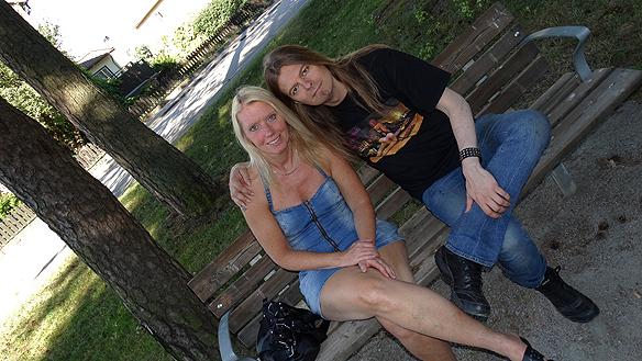 Carina Ekman och Peter Ahlborg vilar upp sig i skuggan innan det är dags  att igen köra ett musik-pass på gatan i Trollhättan. Foto: Privat