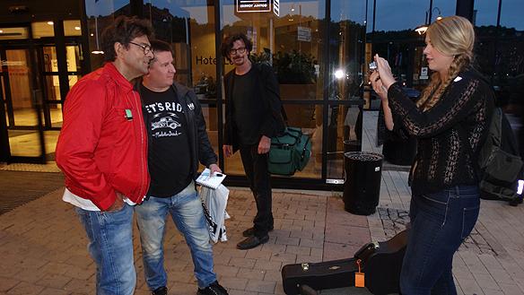 Sveriges största autografjägare Marco tillsammans här med Niklas Strömstedt utanför hotel Gothia Towers. I bakgrunden syns Eric Bazilian som ska åka ut på turné med Strömstedt i sommar. 18 konserter väntar på 20 dagar. Foto: Privat