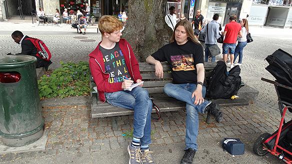 Peter  Ahlborg blir intervjuad av reportern Emil som jobbar för tidningen, Ttela  i går under hans besök i Trollhättan under Fallens dagar. Foto: Carina Ekman