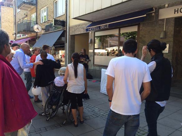 Det kom många besökerare och lyssnade på Peter under hans framträdande på gatan under fredagen i Trollhättan. Foto: Carina Ekman