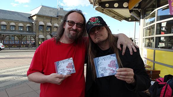 """Alvar Janse och Peter Ahlborg tillsammans på Drottningtorget i Göteborg, för en månad sedan när Alvar köpte Peters senaste skiva """"Fy fan vad jag hatar soc"""". Jag lyssnar på den varje dag, den är jättebra, säger han. Foto: Privat"""