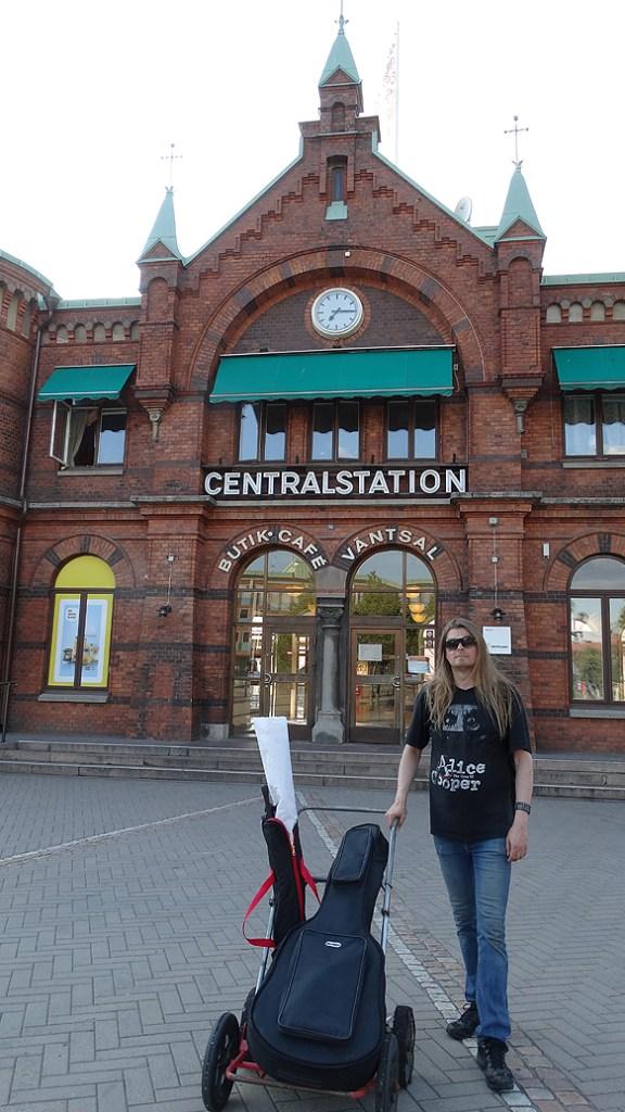 Peter utanför Borås centralstation, och hans kära dragvagnen är med överallt, runt hans resa runt Sverige för att uppmärksamma hemlösheten. Foto: Charlie Källberg