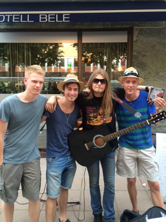 Johan, Anton och Mattias stolta ägare av Peters senaste skiva. Här tillsammans med Peter Ahlborg under fallens dagar. Foto: Privat