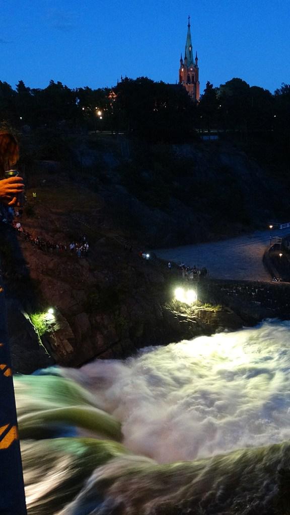 Vattnet forsar fram med 300 000 liter i sekunden när slussarna släpper på vattnet. Foto: Privat