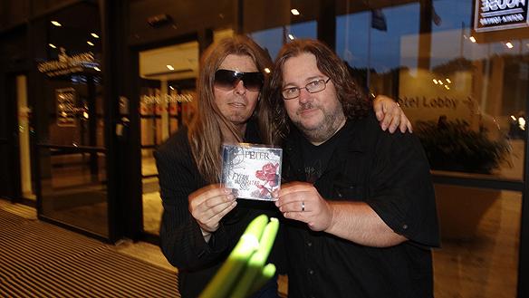 Peter Ahlborg tillsammans Tommy Denander - en av Sveriges mest anlitade gitarrister i världen. Han har lagt på gitarr och medverkat på runt 2 500 låtar med många av de främsta rockgrupperna. Bla. TOTO, Paul Stanley och Alice Cooper. Foto: Privat