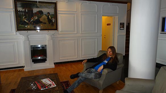 Peter i foajen på Grand Hotell i Malmö! Här sitter man bekvämt i den avkopplande miljön, konstaterar han. Foto: Privat