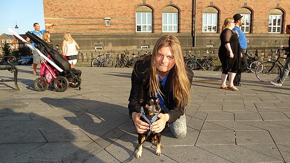 Peter tillsammans med en söt hund som han gosa med när han besökte Köpenhamn, här är de på Rådhusplatsen. Foto: Privat