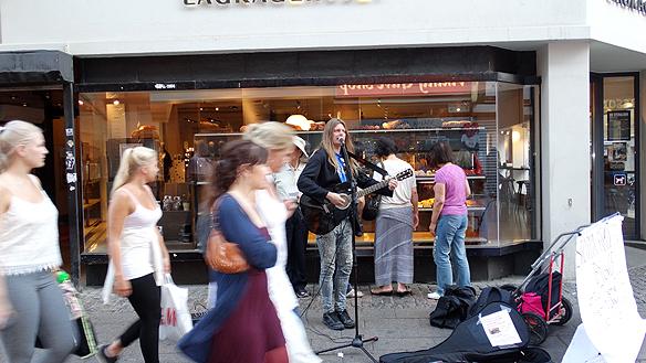 Peter framför några låter på Ströget i Köpenhamn. Foto: Privat