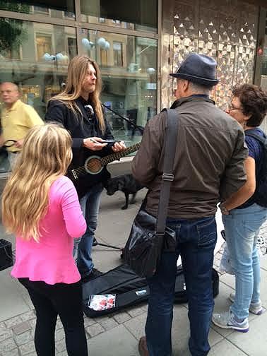 Många kom fram i Södertälje och var intresserade av Peters    gatuturné runt Sverige. Foto: Carina Ekman