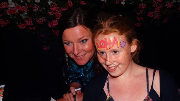 Sandra ett stor fan till Lotta Engberg - blir överlycklig av att träffa sin idol. Foto: Peter Ahlborg