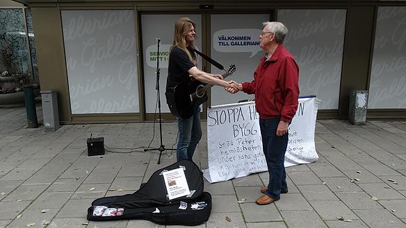 Peter Ahlborg pratar med pensionär under hans besök i  Eskilstuna. Foto: Carina Ekman