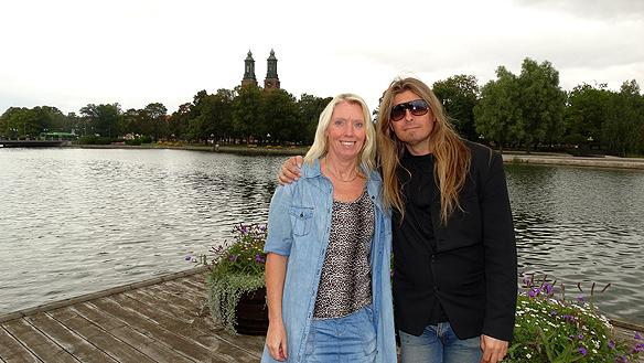 Peter Ahlborg tillsammans med vännen och medhjälparen Carina  Ekman framför Eskilstuna ån under Peters gatuturné runt Sverige.