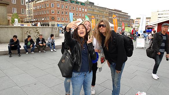 """Peter Ahlborg tillsammans med beundrande tonårs tjejer  i Eskilstuna. De vill ha en """"selfie"""" tillsamman med honom efter att  Peter blivit känd efter att ha uppträtt i TV4 programmet Idol."""
