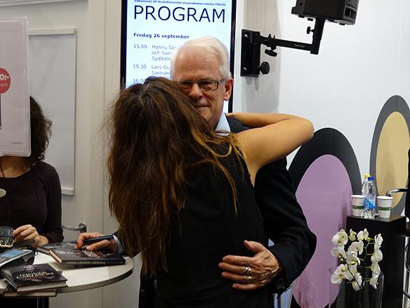 En kvinnlig beundrare ger Ingvar Carlsson en stor kram efter hans föredrag på bokmässan 2014. Foto: Peter Ahlborg