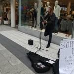 Peter Ahlborg spelar på Drottninggatan i Stockholm