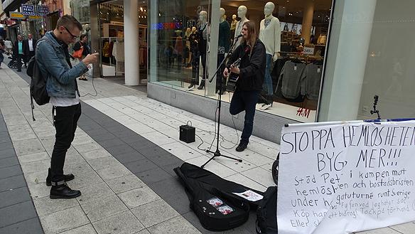Blir filmad av en kille som gillade mina låtar när jag framförde dem på Drottninggatan i Stockholm. Foto: Privat