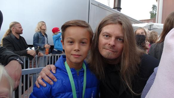 Peter fick skriva autograf till denna charmiga kille under konserten med The Fooo på Liseberg.    Foto: Eva Freiholtz