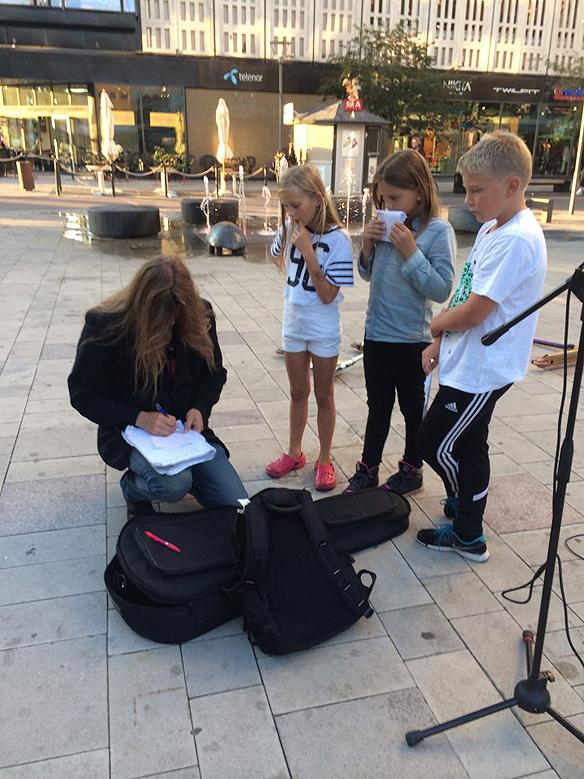 Peter skriver ett personligt brev, i Västerås, till förväntansfulla barn, som gillade vad de hörde samt kände igen Peter från Idol. Foto: Carina Ekman