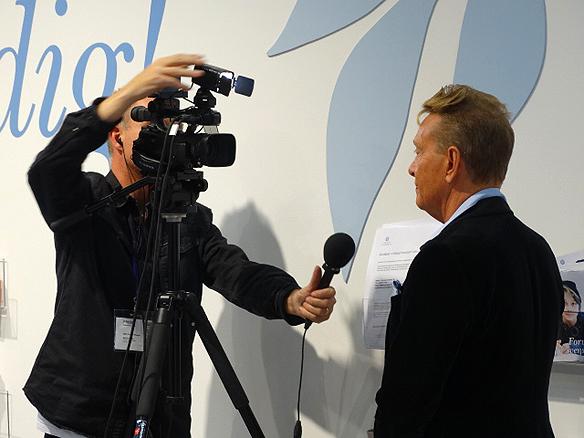 """Björn Ranelid blir intervjuad av Lärarnas Riksförbunds TV-team. """"Torgny Karnstedt är en av   ordets och litteraturens främsta apostlar i Sverige"""", därför får han priset, säger Björn. Foto: Peter   Ahlborg"""
