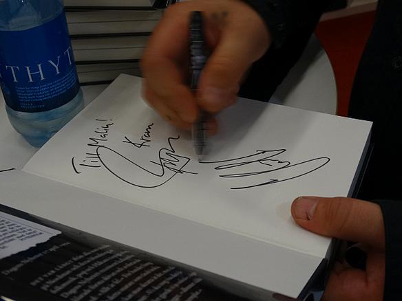 """Håkan Hemlin skriver sin autograf i sin nya bok """"Förlist"""" under bokmässan 2014. Foto: Peter Ahlborg"""