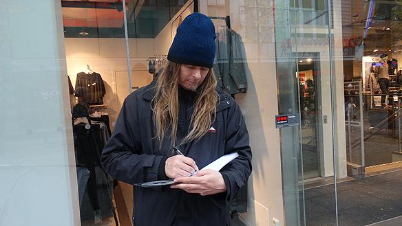 """Peter skriver några personliga rader i skivan """"Fy fan vad jag hatar soc"""". """"Jag brukar alltid skrivanågot positivt budskap, till de som köper skivan"""", säger han."""