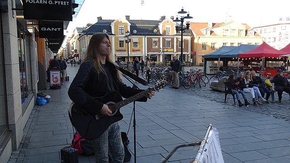 Peter Ahlborg spelar på Stora Torget i Linköping. Foto: Hasse Sukis