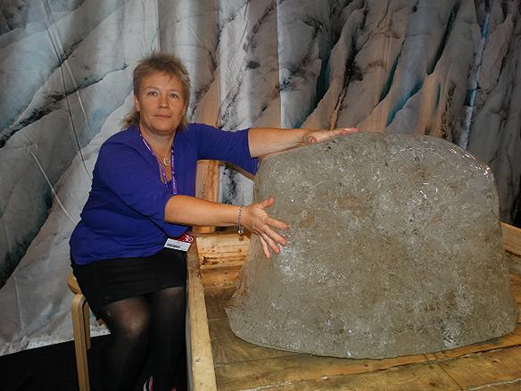 Marianne Hofman som driver hemsidan www.arjeplognytt.se, besökte Bokmässan. Hon hade tagit med sig en del av den smältande glaciären Salajekna. Foto: Peter Ahlborg