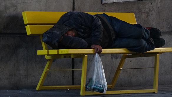 I och med den stora bristen på lägenheter i Sverige - då det i 70 procent av Sveriges kommuner är bostadsbrist - så blir det ofta de svaga och hemlösa i samhället som får ta smällen. Många förblir utan fast bostad i dagens Sverige. Foto: Peter Ahlborg