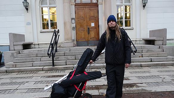 Peter Ahlborg framför rådhuset i Jönköping efter att han träffat kommunalrådet Andreas Sturesson.