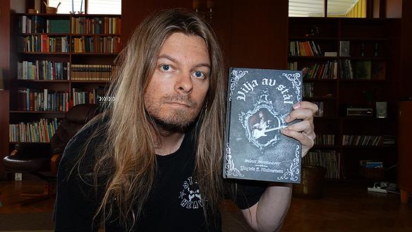 """Peter Ahlborg läser historien om Yngwie Malmsteens fantastiska karriär, i hans nyutgivna bok """"Vilja av stål! Foto Peter Ahlborg"""