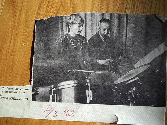 Peter 12 år och spelar trummor en gång i veckan på kommunala musikskolan i Norrköping. Reportage i tidningen Folkbladet 1982.