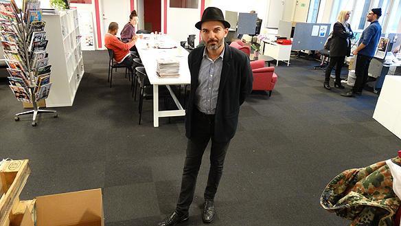 Aaron Israleson, chefredaktör för tidningen Faktum är nöjd med de nya   moderna lokalerna på Chapmans Torg 1 i Göteborg.
