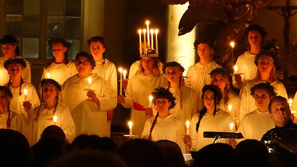 Stämningen var hög och man kände verkligen av julstämningen under   luciafirandet i domkyrkan i Göteborg under luciadagen. Foto: Peter Ahlborg