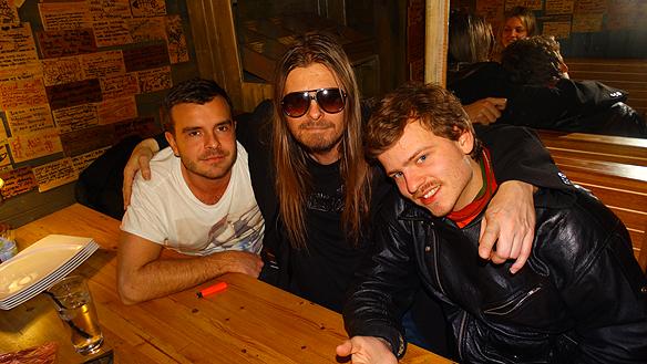 Peter Ahlborg tillsammans med Jonathan Tranmarker, ägare till restaurang  Räkan och vännen Charlie Källberg.
