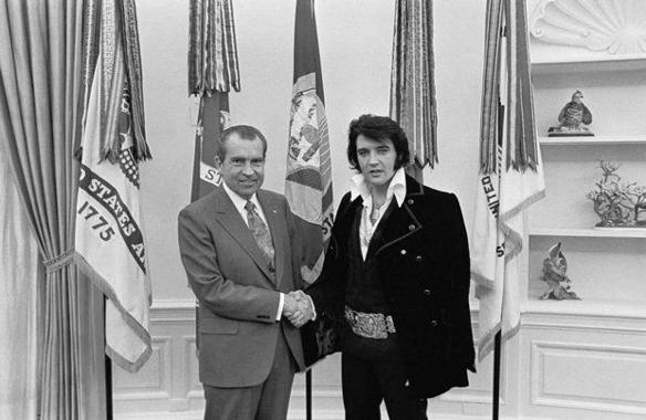 Nixon och Elvis Presley träffas den 21 december 1970 som framgår av denna bild. Men mötet hölls hemligt fram till 27 Januari 1972, när Washington Post bröt historien.