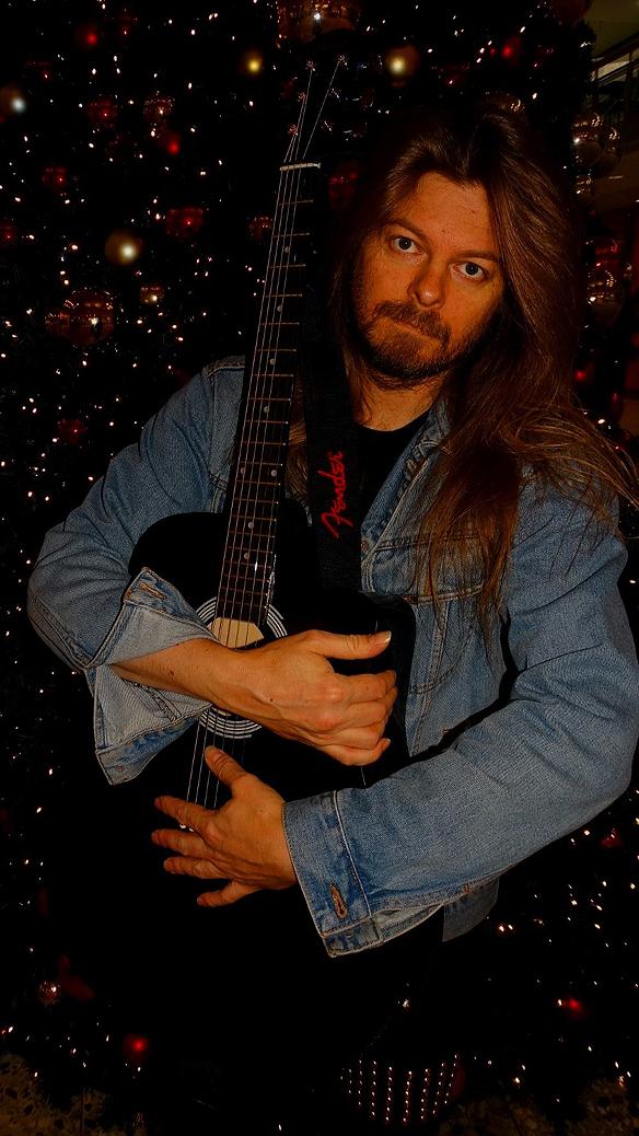 Kramar gitarren - min älskling som ger mig så många minnen i form av fantastiska låtar. Foto: Charlie Källberg